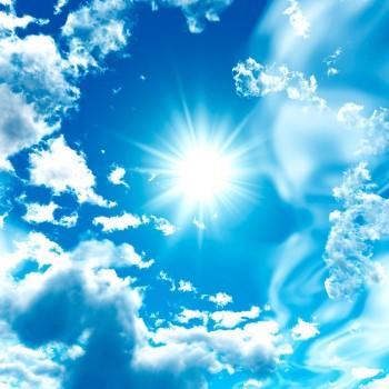 Яркое Солнце среди облаков